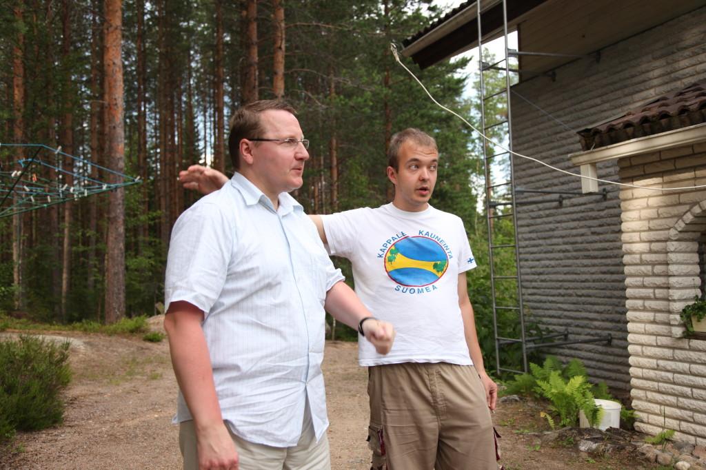 Kari (KSK) ja allekirjoittanut (JMN) tarkastamassa antennin tulokulmaa